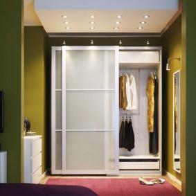 Раздвижной шкаф со стеклянными дверками