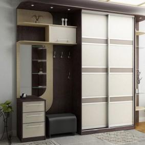 Корпусная мебель в коридоре частного дома