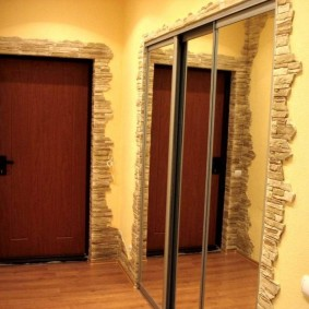 Зеркальные дверцы на встроенном шкафу