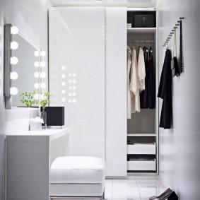 Лампочки на зеркале в коридоре