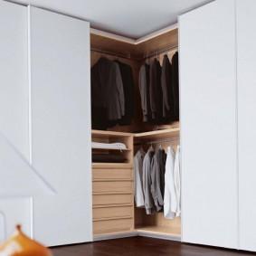 Мужская одежда в большом шкафу