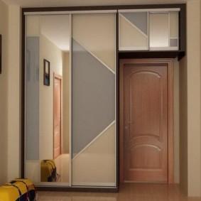 Встроенный шкаф вокруг входной двери