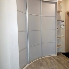 Вогнутые дверцы на угловом шкафу
