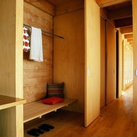 Встроенный шкаф в деревянном доме
