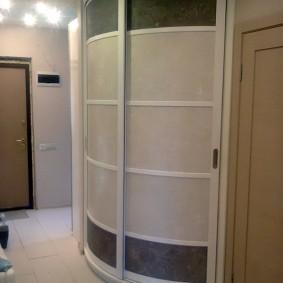 Радиусный шкаф-купе в углу коридора