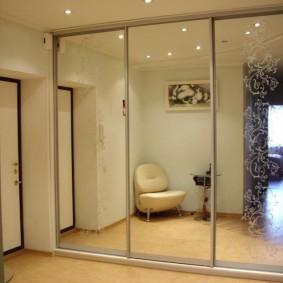 Встроенный шкаф-купе в коридоре квартиры студии