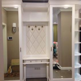 Классический шкаф в прихожую большого размера