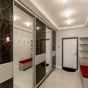 Шкаф-купе во всю длину стены в коридоре