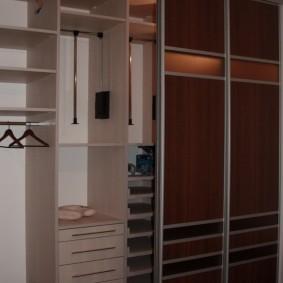 Полочки и ящички в каркасном шкафу