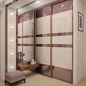 Шкаф для одежды в нише стены коридора