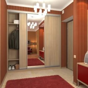 Бардовый коврик на полу в коридоре