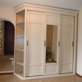 Удобные полки в боковой части шкафа в коридоре