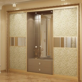 Красивый шкаф для классического интерьера