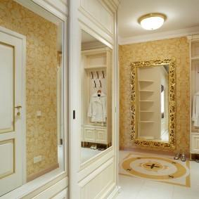 Зеркальная вставка на двери шкафа в стиле классики