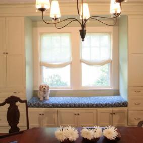 Встроенная мебель у окна кухни