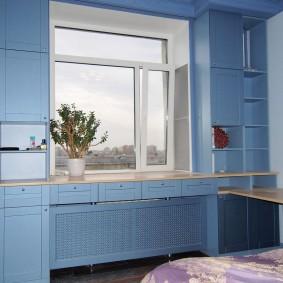 Голубые шкафчики вокруг пластикового окна