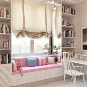Римская штора над небольшим диванчиком