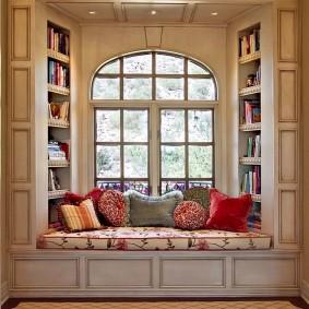 Место для книг в эркере частного дома