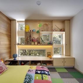 Встроенные шкафы в окне детской комнаты