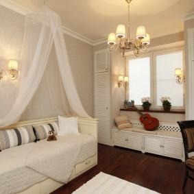 Белый балдахин над кроватью-диваном