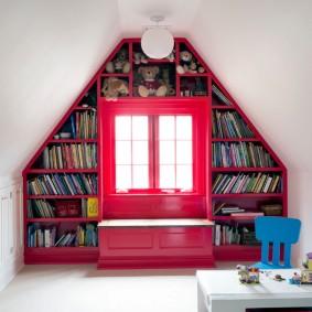 Красное окно в мансардной комнате
