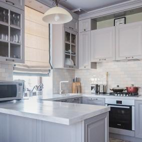 Светлая столешница кухонного полуострова