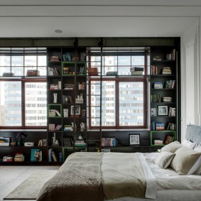 Встроенный стеллаж в интерьере гостиной