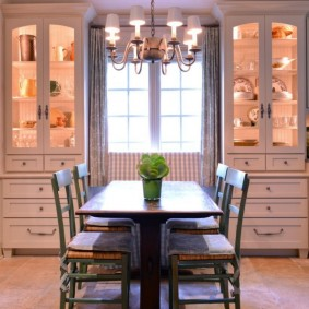 Подсветка шкафов с кухонной посудой