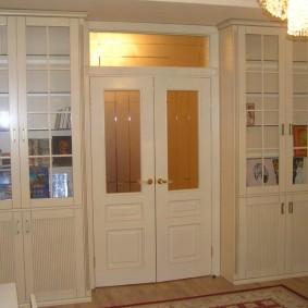 Межкомнатная дверь со вставками из стекла