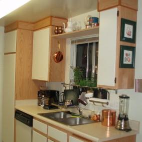 Подвесные шкафы в маленькой кухне