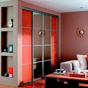 Красный шкаф-перегородка с раздвижными дверками