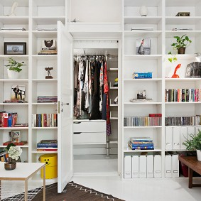 Белая дверь в гардеробную комнату