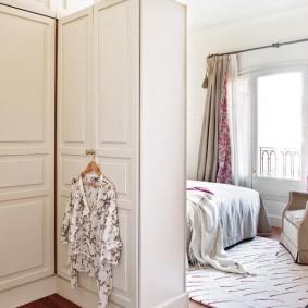 Зонирование спальни обычными шкафами