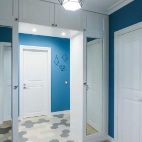 Керамическая плитка на полу коридора