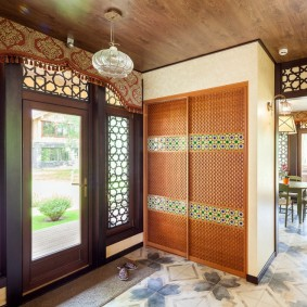 Деревянные дверцы на встроенном шкафу