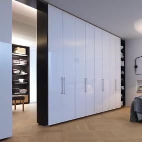 Узкие дверцы с гладкой поверхностью