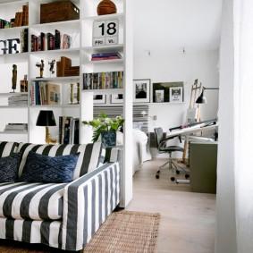 Раскладной диван с полосатой обивкой