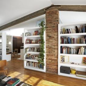 Кирпичный столб в гостиной частного дома