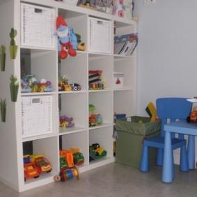 Удобный стеллаж для детских игрушек