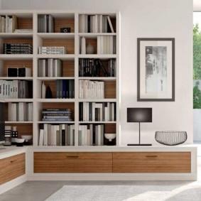 Хранение книг в стенке в гостиной комнате