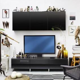 Большой подвесной шкаф над телевизором в гостиной