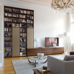 Высокая стенка с полками для книг