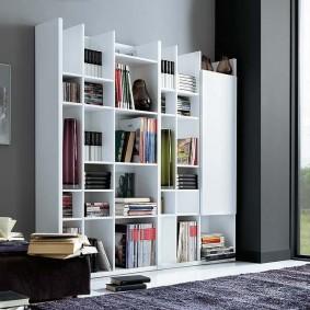 Высокая мебельная стенка белого цвета