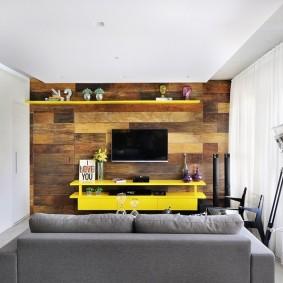 Желтая мебель на деревянной стене гостиной