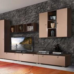 Мебель на фоне серой стены в зале