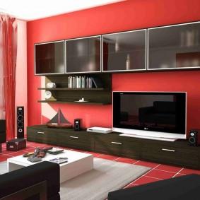 Черная мебель в красной гостиной