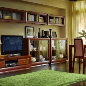 Зеленый коврик в гостиной комнате