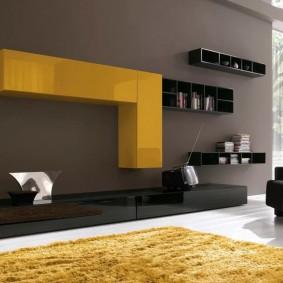 Желтый подвесной модуль в комнате современного стиля