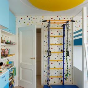 Г-образная спортивная стенка возле двери в детской