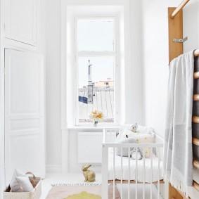 Шведская стенка в белой комнате